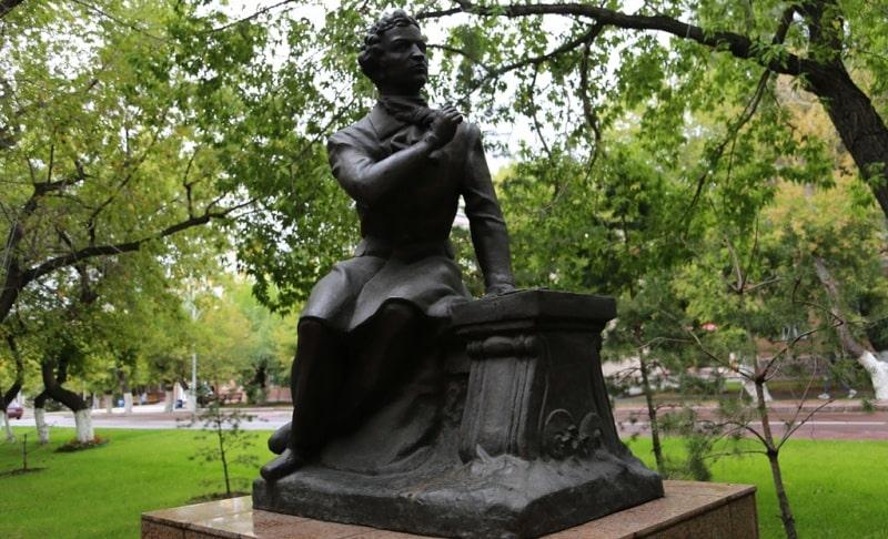Памятник Пушкину в Караганде.