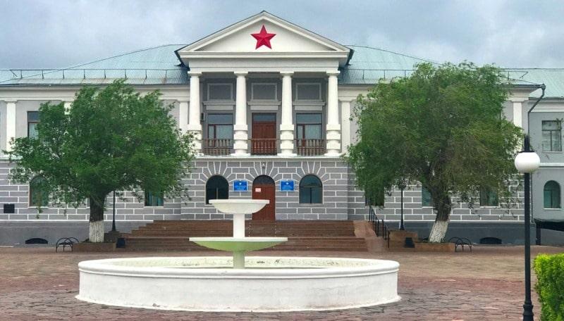 Здание управления лагерей в поселке Долинка.