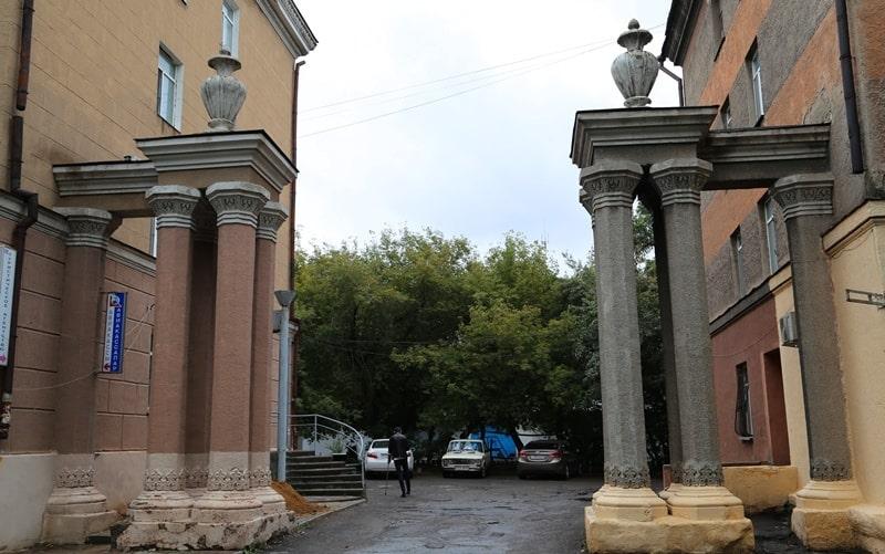 Старинные колонны между домами в Караганде.