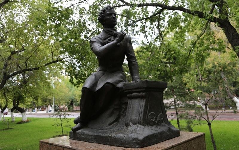 Памятник А.С. Пушкину на центральном бульваре в Караганде.