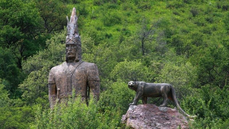 Статуя золотого человека и барса в ущелье Тургень.