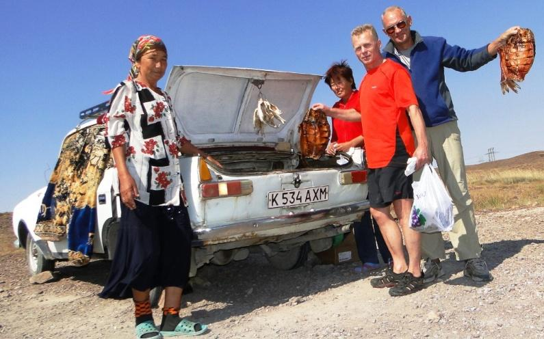 Продавцы копченой рыбы у поселка Тенкериис, недалеко от озера Балхаш, 459 км. От Алматы.