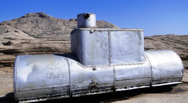 Эта  подводная лодка тоже  шла строго на север, неуклюже переваливаясь через вздыбленные формы рельефа.