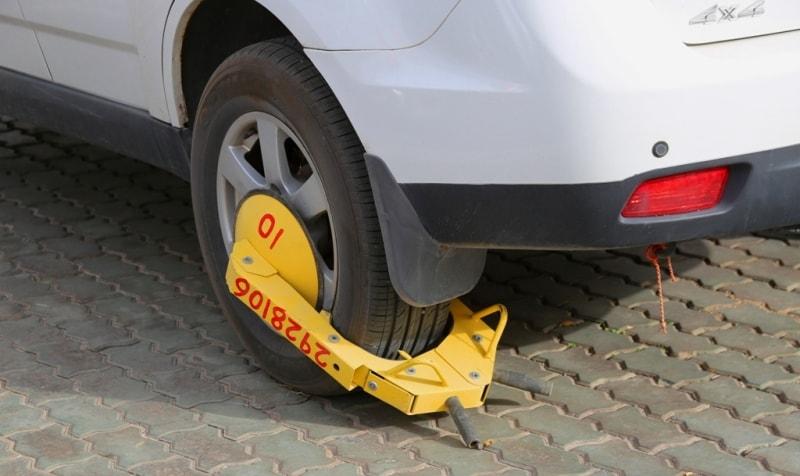 Противоугонное устройство на машине в аэропорту Урумчи.