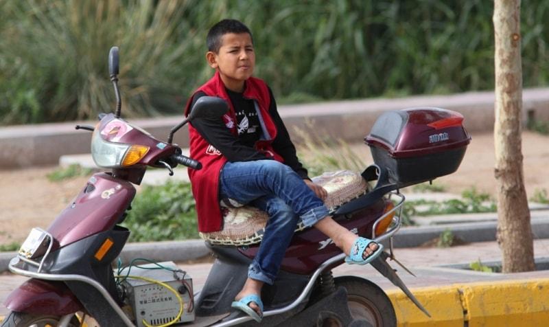 Этот мальчик очень долго наблюдал за базаром, видимо кого-то ждал.