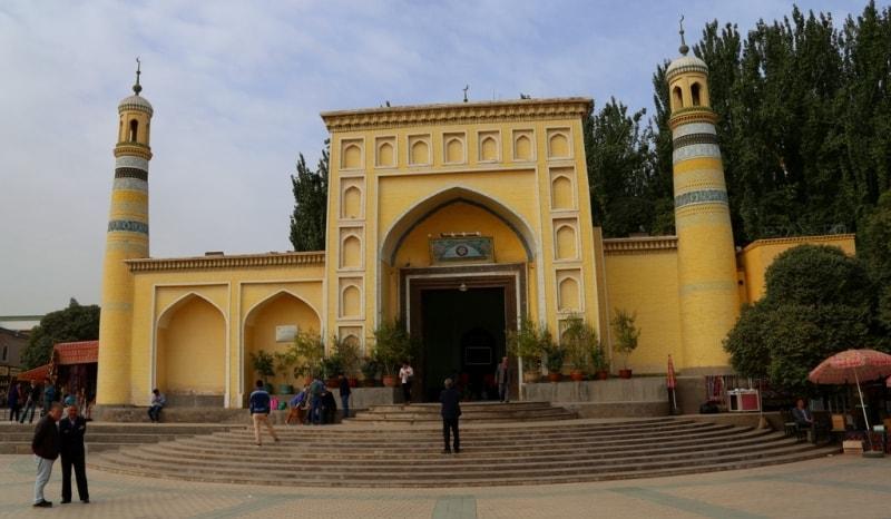 Ид Ках (что значит «праздничная») - самая большая мечеть в Китае. Расположена на центральной площади населённого уйгурами-мусульманами города Кашгар. Имеет площадь в 16800 метров квадратных и вмещает до 20 000 молящихся. Построена в 1442 году, хотя наиболее древние участки можно отнести к IX - X в.в. Впоследствии расширялась и перестраивалась. Ворота из жёлтого кирпича с вставками из гизума.