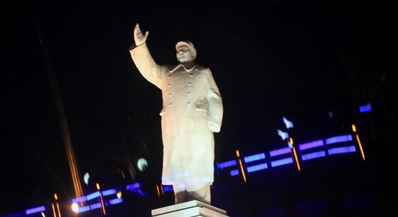 Статуя Мао Дзэдуну в центре Кашгара, очень высокая.