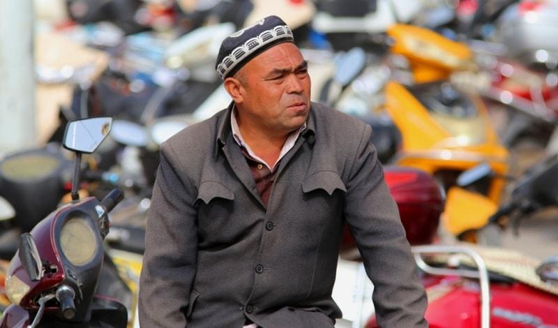 Базар в Кашгаре. Мужчина в традиционном френче. Люди Кашгара очень колоритные.