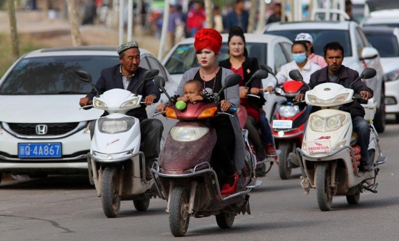 Бесшумные мопеды и мотоциклы - самые распространенные в Кашгаре средства передвижения после автомобилей.