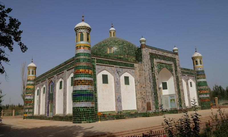 Мавзолей Абаха Ходжи был построен в 1640 году в 5 км от современного центра города Кашгара. Здесь похоронены 5 поколений семьи Абаха Ходжи, он сам, его внучка принцесса Ипархан (Сянфэй) и еще 70 представителей семей кашгарских правителей. Помимо самого мавзолея, в комплекс входят несколько мечетей, сады с прудами, медресе и большое мусульманское кладбище, поэтому основная часть комплекса, кроме самого мавзолея и садов, закрыты для туристов.