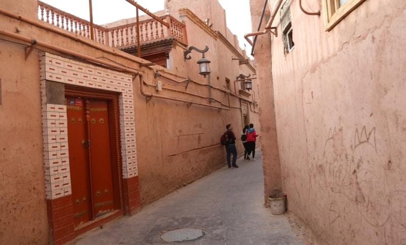 Старые кварталы города Кашгар обладают непередаваемым очарованием средневековья: узкие извилистые улочки, беспорядочно построенные невысокие старинные дома из кирпичей и глины, многочисленные площади, где на небольшом пространстве помещается целый базар – кажется, что машина времени перенесла этот город из далекого прошлого.