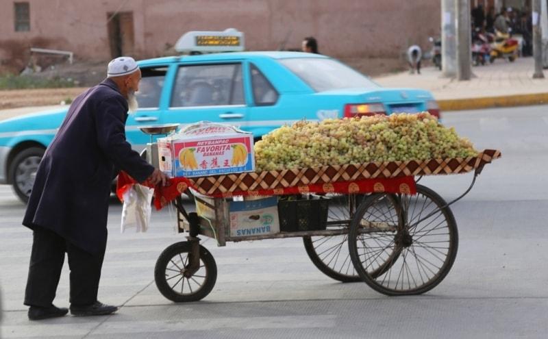 Уличный торговец спешит на работу к главному входу Старого города..