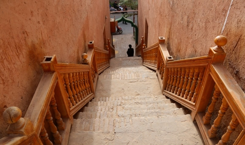 В Старом городе. Красивая лестница, можно было и ни делать, не центральное место, но зато как она украшает интерьер Старого города.