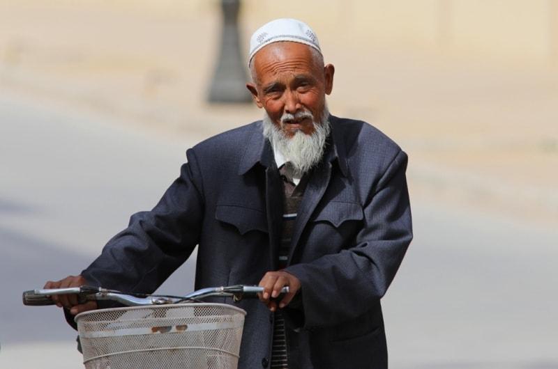 Этот дедушка возвращался с пятничной молитвы в мечети у мавзолея Абаха Ходжи.
