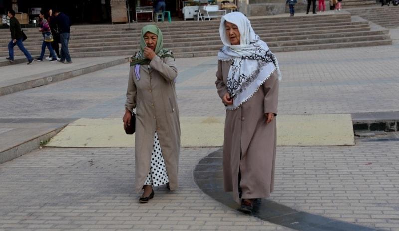 Эти женщины вышли из мечети Ид Ках.
