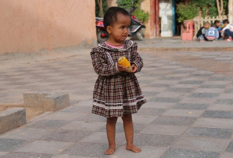 Девочка с кукурузой в Старом город.