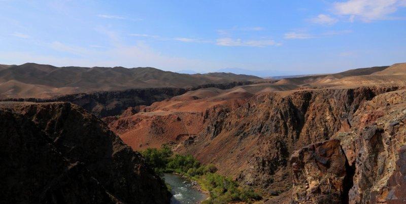 Грандиозные русла реки Чарына прорезали во всех направлениях Жаланашскую долину.