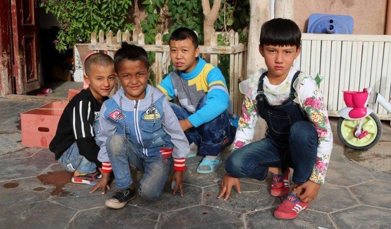 Дети в старом городе.