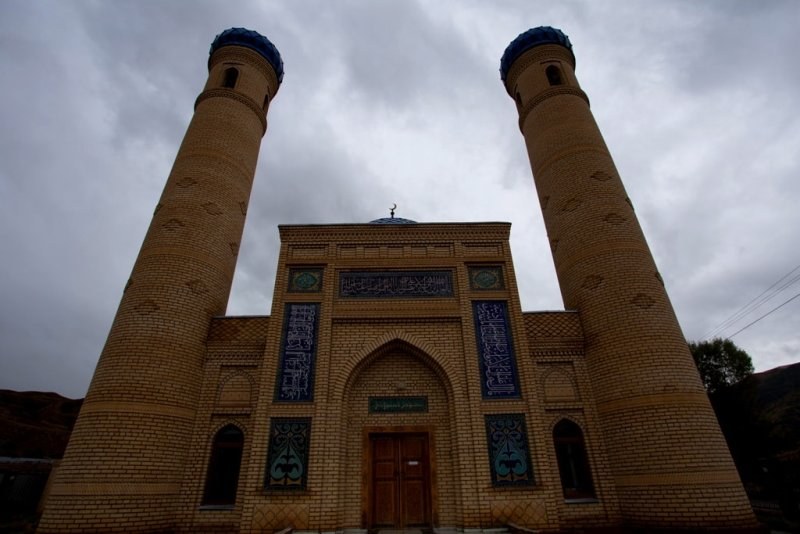 Поселок Саты, в котором мы пересаживались с комфортабельного  Mersedes-Sprinter в наш родной УАЗик украшен вот такой мечетью. Поистине украшение.