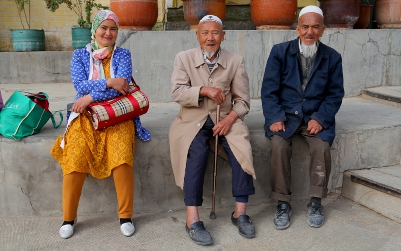 Милая троица у мечети Ид Ках.