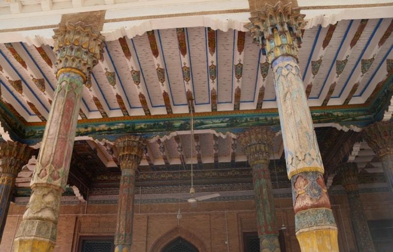 Старая мечеть у мавзолея Абаха Ходжи. Самая известная достопримечательность Кашгара, исламский мавзолей Китая - свидетель государственной самостоятельности региона Восточный Синьцзян до его завоевания маньчжурами; построен был около 1640 г. эмиром Яркендского ханства Абах-Ходжой для отца. Всего в пятидесяти восьми могилах было похоронено пять поколений из рода Ходжи, в том числе сам заказчик мавзолея. К большому торжественному ансамблю, среди прочего, относятся два медресе и мечеть.