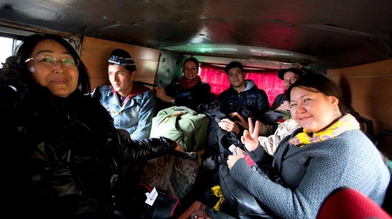В тесноте да не в обиде. От Алматы, до озера Кольсай, УАЗик был дополнением в нашей поездке, в качестве адреналина. Главный помощник водителя восседал на капоте УАЗа и двумя руками держал рычаг переключения передач, упираясь сапогом в панель машины, для того, чтобы не вылетала скорость.