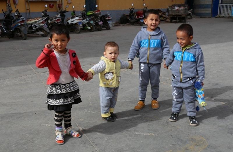 Дети во дворе Воскресного базара.