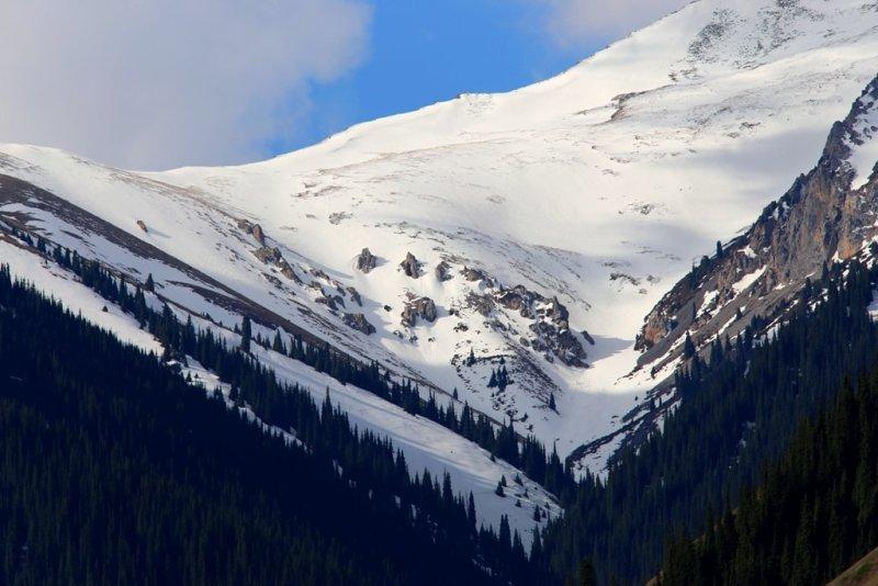 Вчерашний снег припорошил окрестные высокие горы, окружающие озеро Кольсай.