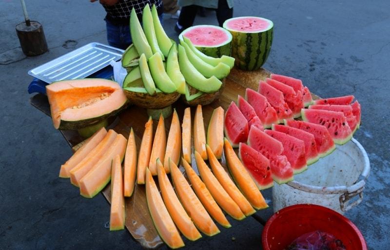 Художественный образ арбуза и дынь на городском базаре.