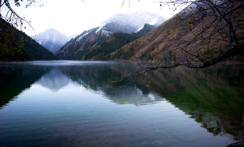 В озере отражалась перевернутая верхняя панорама южной оконечности озера.