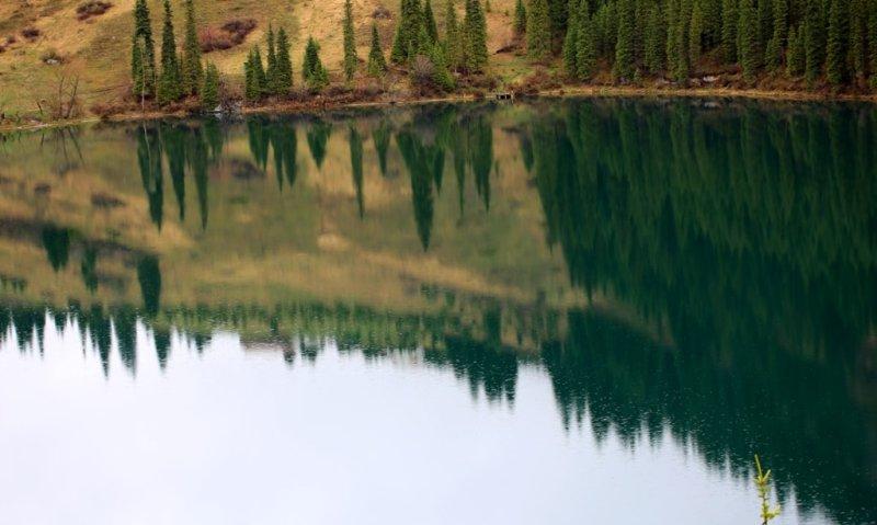 Нижнее озеро Кольсай расположено на северном склоне восточной части хребта Кунгей Ала-Тоо в горной системе Северный Тянь-Шань. Озеро меридионального направления имеет вытянутую форму с юга на север, длина Нижнего озера Кольсай 1 километр 350 метров, наибольшая ширина 345 метров, по левой стороне озера протянулась  тропа связывающее Нижнее озеро Кольсай со Средним озером Кольсай.