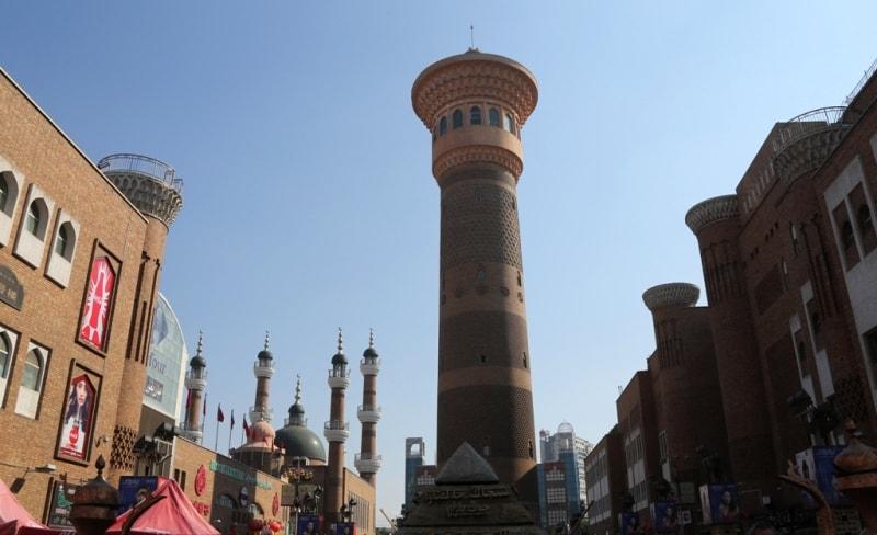 Минарет га городском базаре рядом с мечетью.