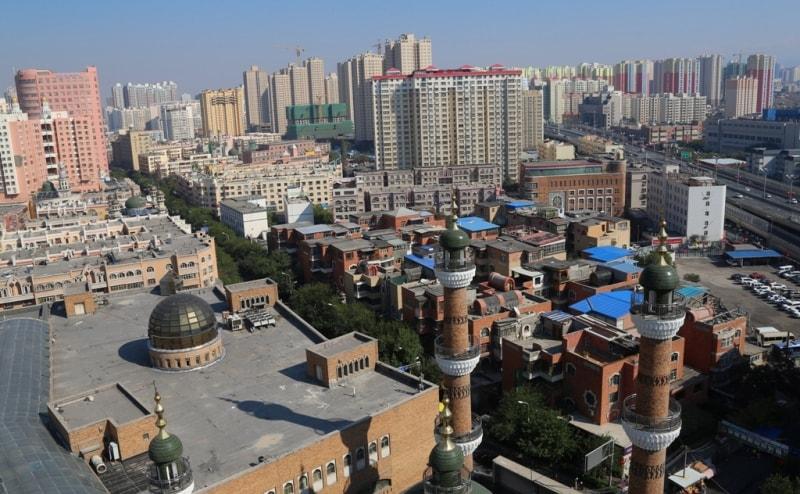 Всё же, этнический состав города нетипичен для СУАР в целом, где уйгуры составляют 45,2 %, китайцы 40,6 %, казахи 6,7 %, дунгане 4,6 %, прочие 2,9 %. В религиозном плане среди жителей города большинство — атеисты (в основном китайцы), на втором месте по распространению стоит ислам, исповедуемый уйгурами, дунганами и казахами (всего около четверти населения города).