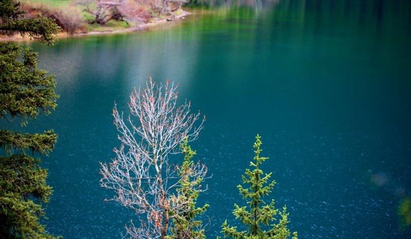Озеро расположено между двух склонов, имеет естественную плотину, которую усилили и реконструировали в середине 80-х годов прошлого столетия работники Казглавселезащиты.