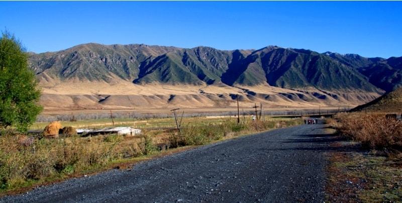 По этой дороге мы и прошли пару километров не дожидаясь УАЗа