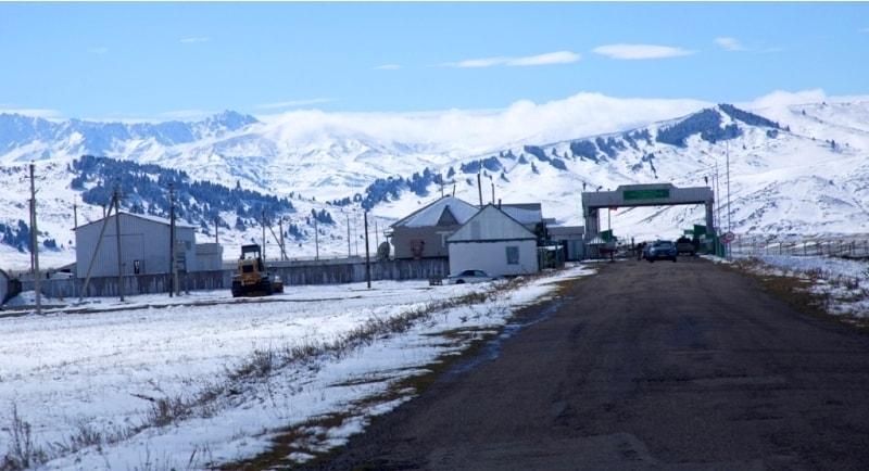 3 октября минуя поселок Кегень, и далее через казахско-кыргызский КПП «Кегень» оказались в гостеприимной Киргизии. КПП «Кегень» работает не полный цикл в году, начинает работу с 1 мая, заканчивает 30 октября. Часы работы с 9.00 до 18.00.