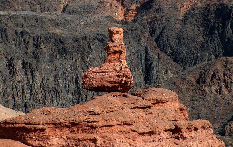 Чарынский каньон это целый ансамбль дворцов, башен и минаретов. Близкого к нынешнему облику ущелье достигло примерно около полумиллиона лет назад.