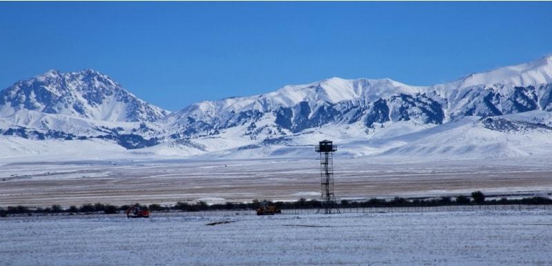Граница на замке. Горы Терскей Ала-Тоо. За колючкой территория Киргизии.