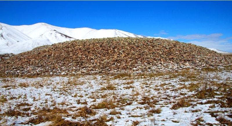 Существует легенда о кургане из камней, которая называется «Легенда о Тамерлане». Курганный комплекс Сан-Таш находится недалеко от одноименного перевала 2195 метров на уровнем моря между хребтами Кунгей и Терскей Ала-Тоо. Здесь располагаются 257 больших и маленьких курганов – захоронения вождей сакских племен, датируемые VI - I веками до н.э. В центре комплекса стоит огромный курган, покрытый насыпью из камней, который так и называется – Сан-Таш. Его высота 4 м, а диаметр – 56 м! По оценкам археологов, на его сооружение потрачено более 3500 куб. м камня. Народная легенда гласит, что эта гора из камней образовалась, когда завоеватель Тамерлан во время своего военного похода приказал своим войнам взять по камню и кинуть в кучу, чтобы таким образом определить численность войска. Так курган и получил свое название, Сан-Таш – «считаные камни».