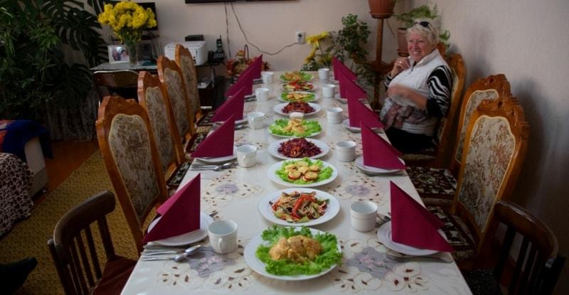 По приезду в Каракол, мы сразу поспешили на обед в дунганскую семью к Гуле, здесь для нас уже был накрыт стол. Всего было много, так показалось после дальней дороги, традиционные манты, салаты и что-то еще много вкусного.