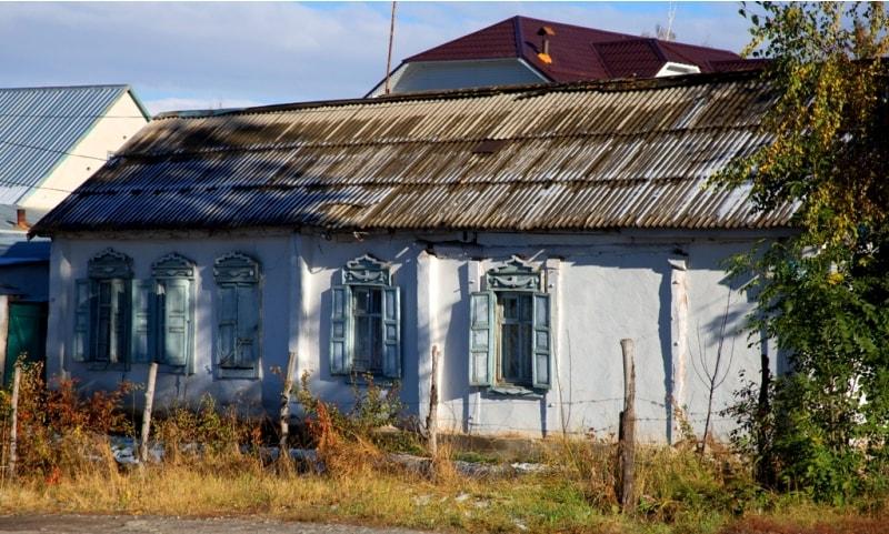 В Караколе сохранилось много старых зданий и казачьих домов конца XIX и начала XX веков.