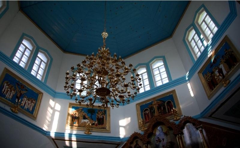 До 1876 года в Караколе служила так называемая кошемная церковь, состоящая из войлока и досок, переданная еще в 1869 году в подарок из Теплоключенки. Землетрясением 1887 года она была разрушена, и тогда царская казна выделила деньги на постройку нового храма