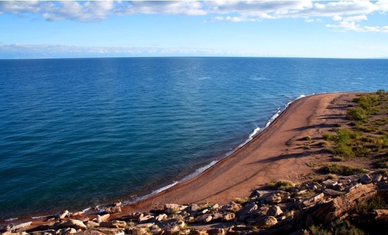 Озеро Иссык-Куль сказочное место, оно зовет к себе и манит. Мы сделали короткую остановку и небольшую прогулку на высоком берегу озера.