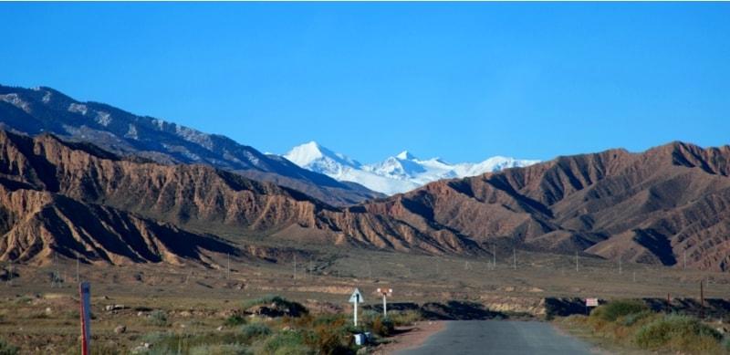 Наш путь лежал вдоль хребта Терскей Ала-Тоо.  Подобно большинству горных хребтов Тянь-Шаня, Терскей и Кунгей Ала-Тоо вытянуты в широтном направлении, образуют дуги, слегка огибающие озеро Иссык-Куль, и возвышаются на 3000 метров над уровнем моря. Длина Терскей Ала-Тоо около 340 километров, хребет на востоке смыкается с Кунгей Ала-Тоо, тянется около 40 километров за пределами Иссык-Кульской котловины и примыкает к Сары-Джазскому хребту в районе ледника Семенова, образуя гору Чон-Ашутор.