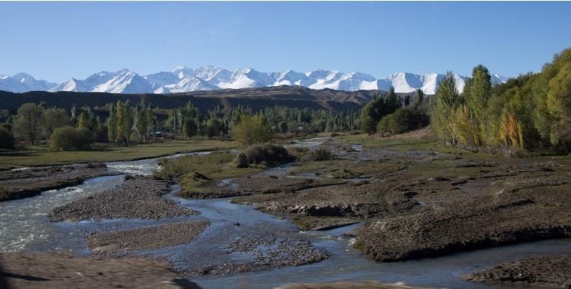 Реки Иссык-Кульской котловины относятся к бессточному бассейну, в озеро впадает около 80 небольших горных рек, а из него ни одна не вытекает.