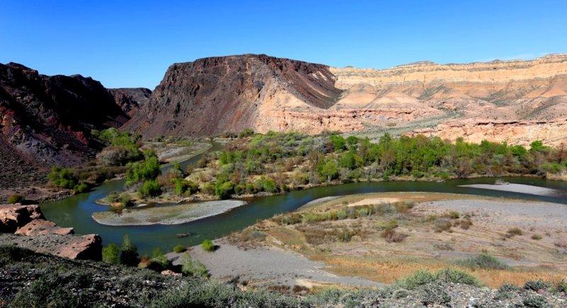 Долина Чарына в районе гор Кулуктау представляет собой каньон глубиной 400 метров. Ниже, в районе рыхлых отложений Жаланашской впадины, река приобретает трапецевидную форму, достигая ширины до трех километров, глубины 300 метров. Здесь она называется Актогаем (Белый лес).
