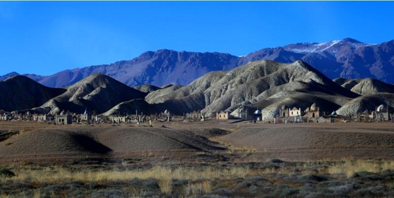 Высокие горы отступают и на смену им приходят невысокие, местами, меловые отложения киргизского низкогорья.