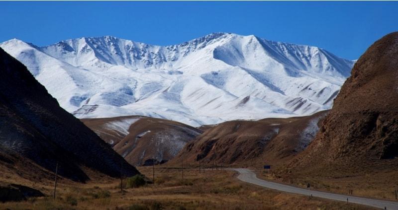 На всем пути нас сопровождают горы.