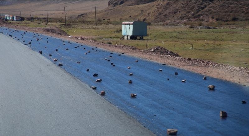 Таким образом, ремонтируются и строятся дороги в Киргизии. Похоже, что это китайское ноу хау. В тоже время очень выразительно и доходчиво, уже ни у кого не возникнет желания проехаться по строящейся полосе, на которую недавно положили асфальт.