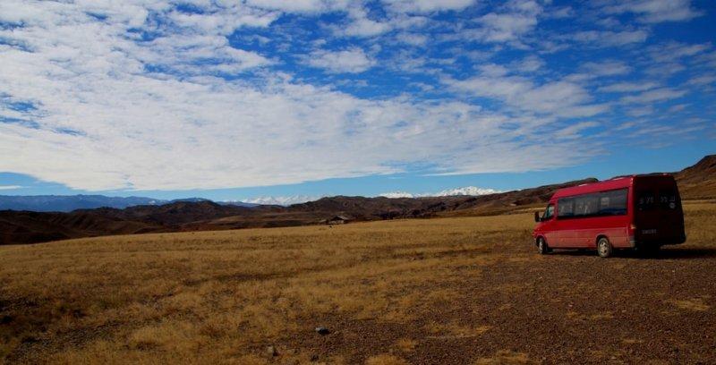 На юге горы Кулуктау и там вдалеке восточные, заснеженные отроги Кунгей Алатау в системе горного хребта Северный Тянь-Шань.